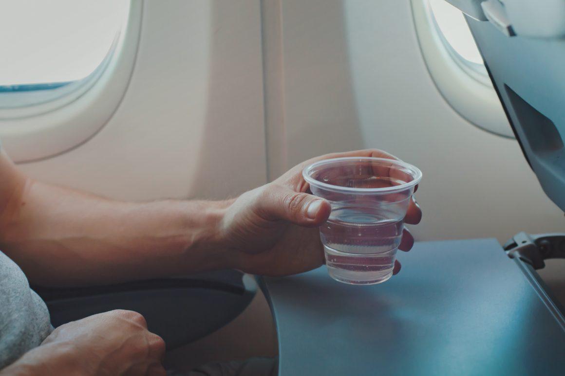 hidratarse durante viaje de avión