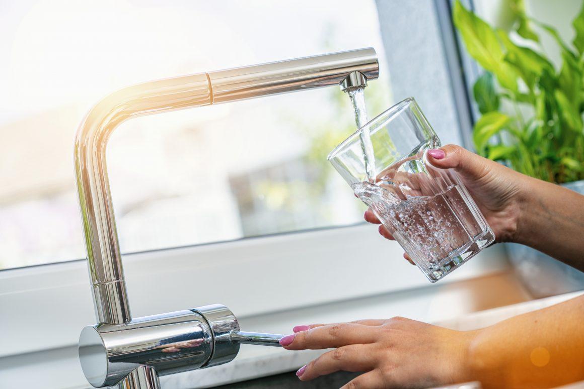 agua del grifo y la mineral